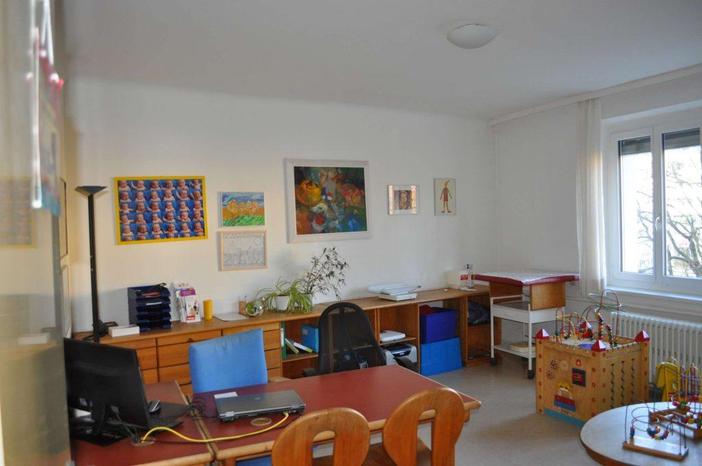 Der gelbe Raum, einer von 3 Ordi-Untersuchungsräumen.