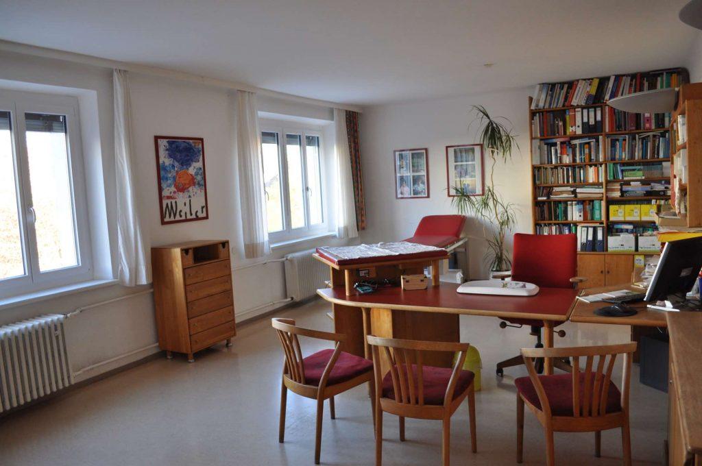 Der rote Raum, einer von 3 Ordi-Untersuchungsräumen.
